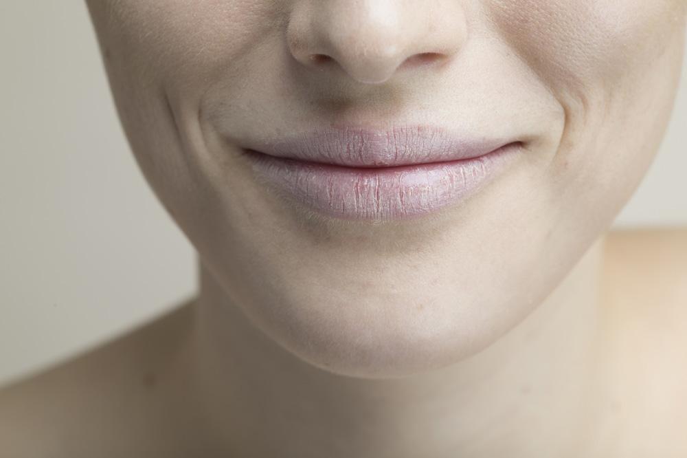 ほうれい線が目立つ女性の画像