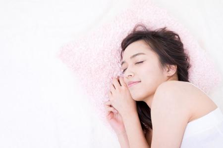 ぐっすり寝ている女性の画像