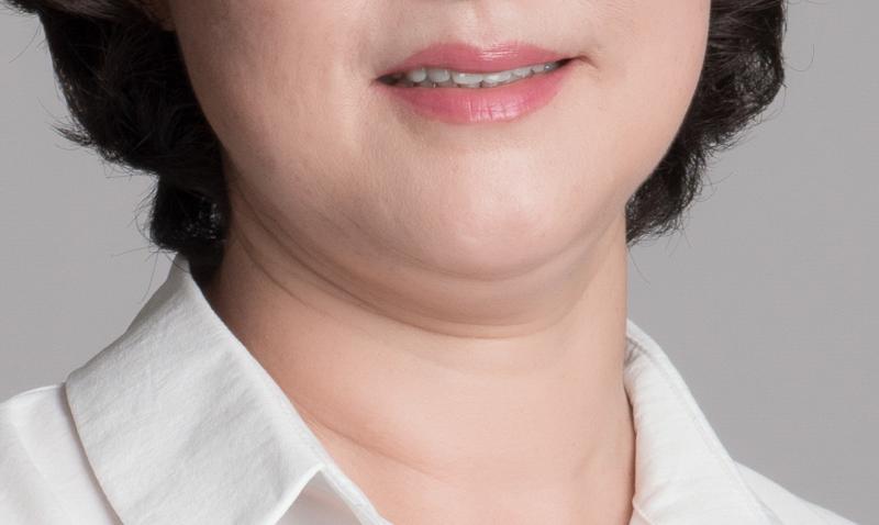 二重あごに悩む女性の画像