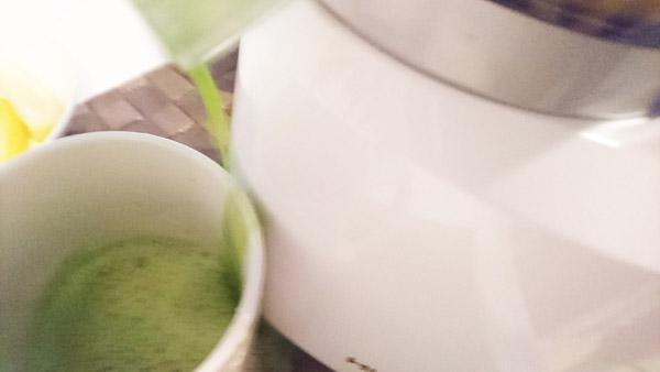 ジュースがコップから漏れている画像