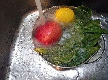 野菜を洗う画像