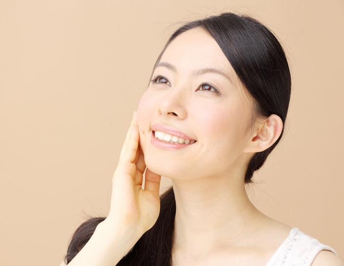 顔のリフトアップを実感している女性の画像