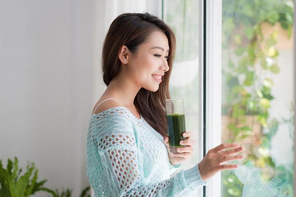 ロージュースを飲む女性の画像