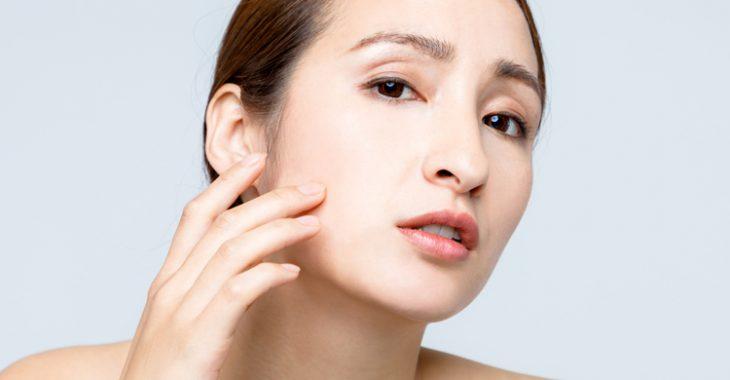 ほうれい線と顔のたるみに悩む女性の画像