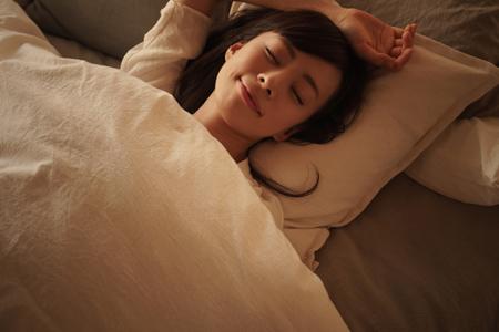 熟睡している女性の画像