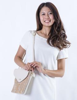 かばんを持つ女性の画像