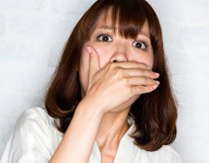 ほうれい線が怖くて笑えない女性の画像