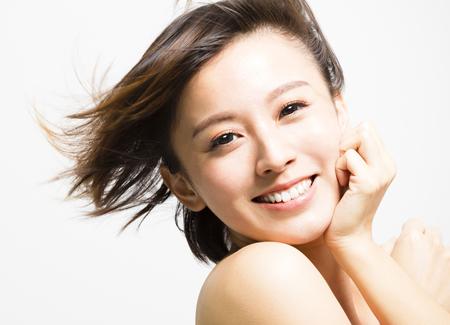 笑顔の若い女性の画像
