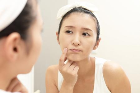 顔の毛穴たるみが気になる女性の画像