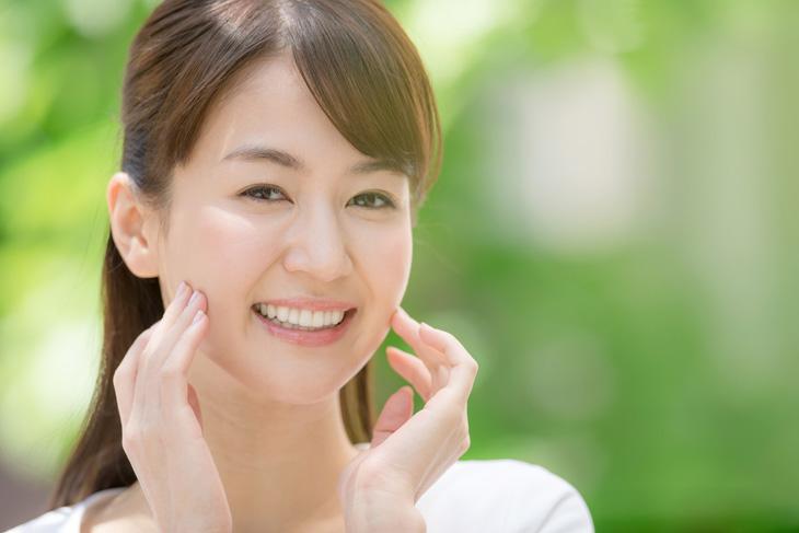 ほうれい線を消す化粧品を使っている女性の画像