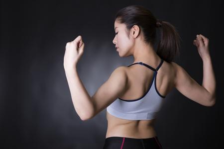 トレーニングする女性の画像