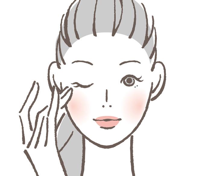 目の下のくぼみをアイクリームでケアしている女性の画像