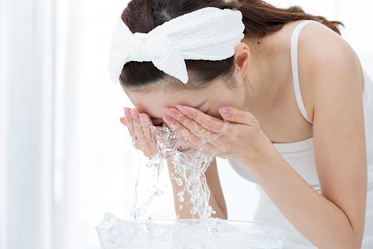 洗顔をしている女性の画像