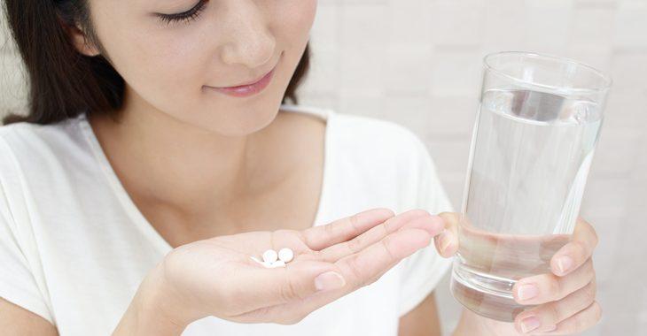 ほうれい線に効くサプリメントを飲む女性