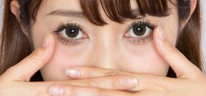 目の下のたるみに良い化粧品を探している女性の画像