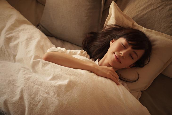 顔のたるみの予防に十分な睡眠をとっている女性の画像