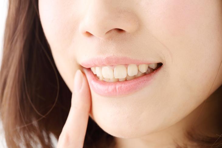 歯並びが片方だけのほうれい線の原因になっている女性のが画像