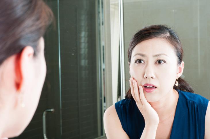頬のたるみに悩む女性の画像
