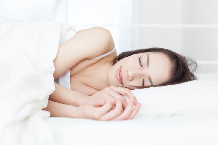 寝る姿勢がほうれい線の原因になっている女性の画像