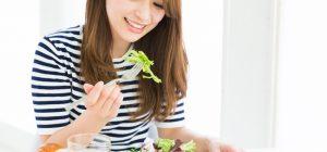 美肌になる食事をする女性の画像