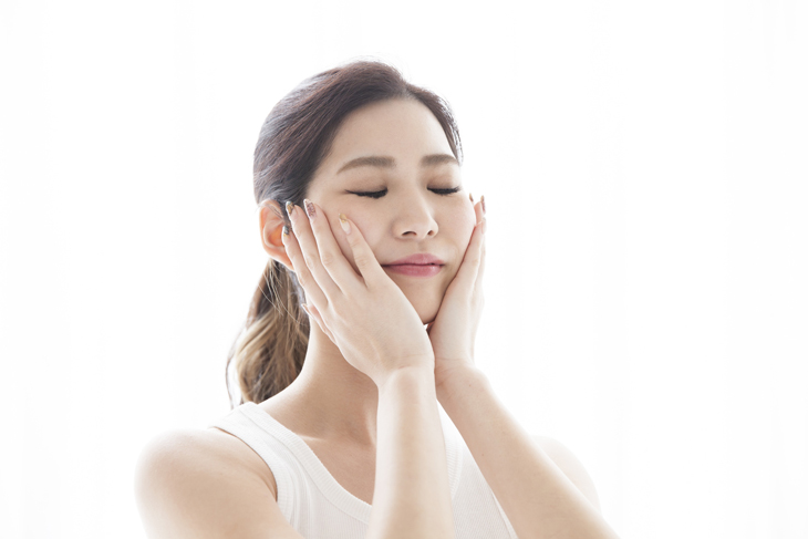 顔を保湿している女性の画像