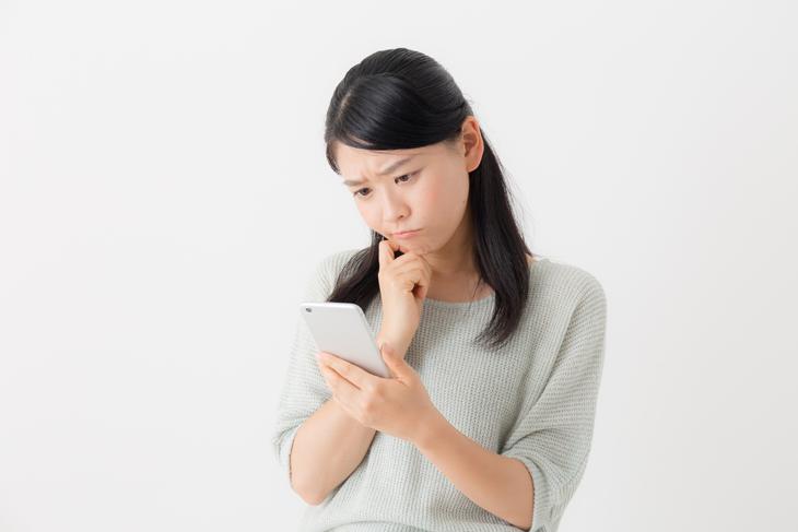 スマホを見ている女性の画像
