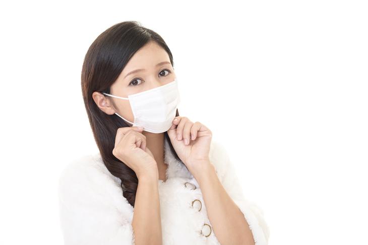 ほうれい線とマスクの関係に悩む女性の画像