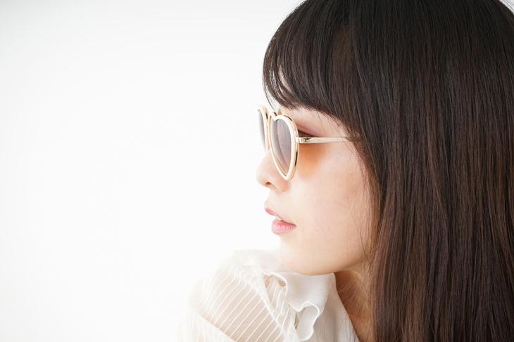 茶クマを治すためにサングラスをしている女性の画像