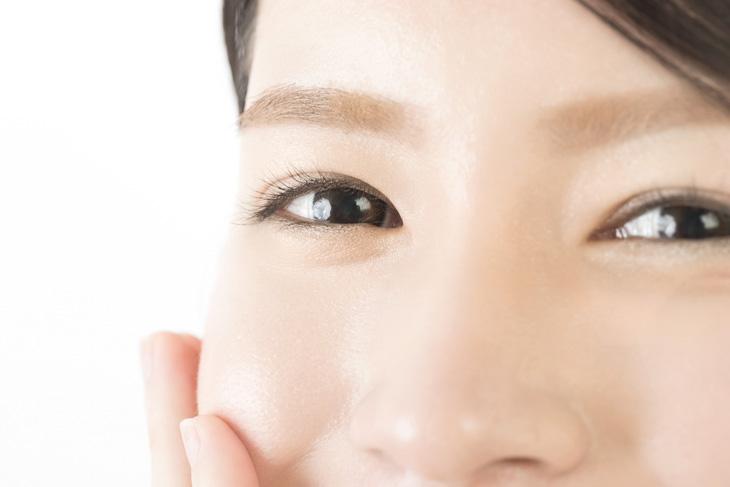 眼輪筋を鍛えている女性の画像