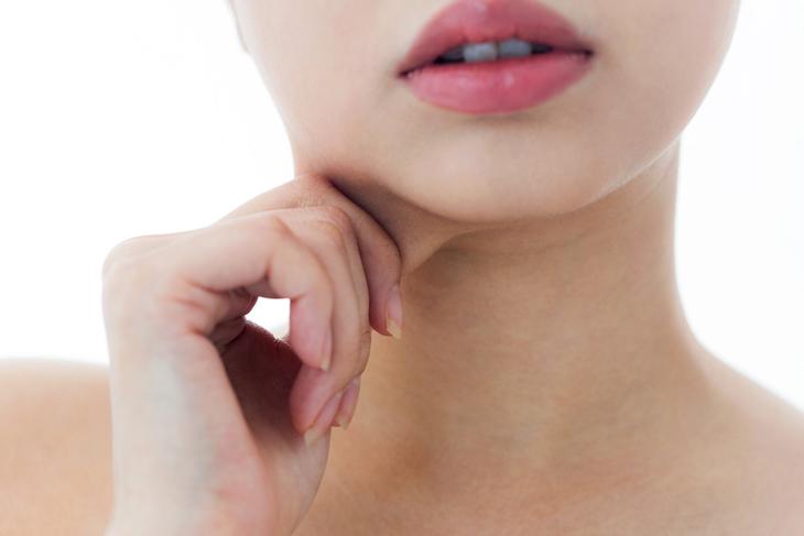 顎のたるみに悩む女性