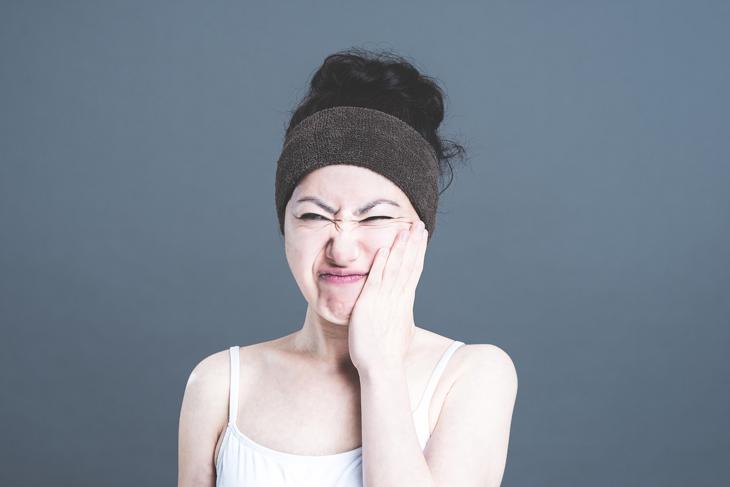 顔のたるみにびっくりしている女性の画像