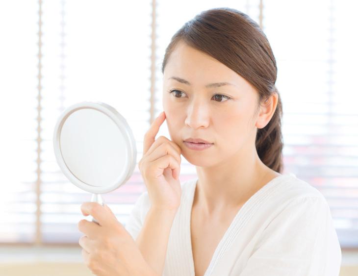 無添加化粧品に満足できない女性の画像