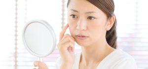 眼窩脂肪ヘルニアに悩む女性の画像