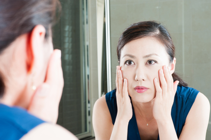 肌のたるみを改善したい女性の画像