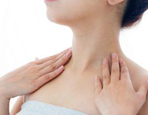首のたるみに悩む女性の画像