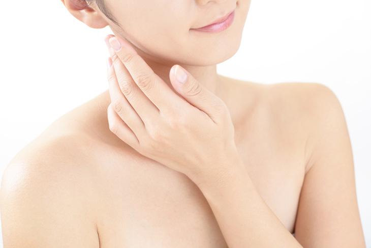 顎のたるみに悩む女性の画像