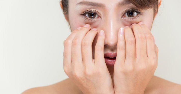 目の下のくまの取り方を探している女性の画像