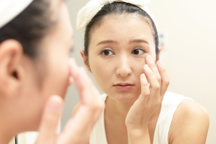 目元のしわ専用化粧品を使う女性のイメージ画像