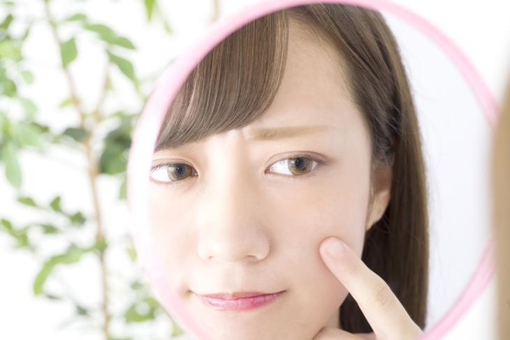 目の下の衰えが気になる女性のイメージ画像