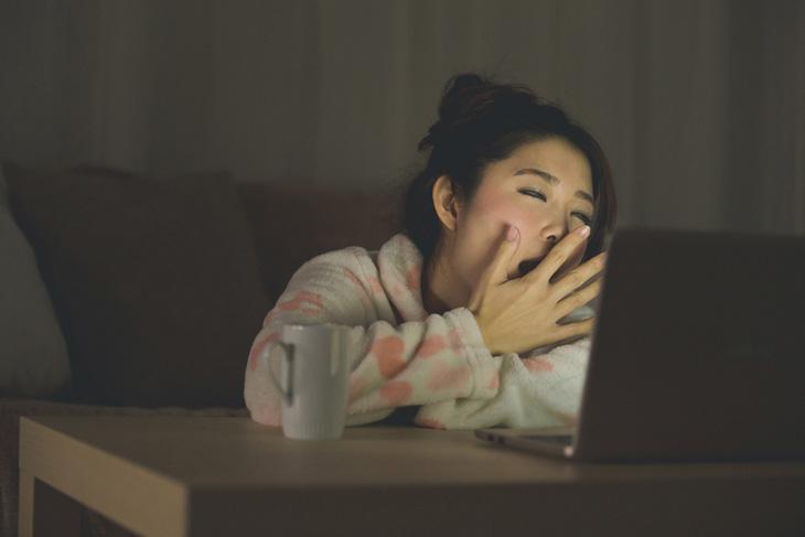 睡眠不足で肌がザラザラしている女性のイメージ画像