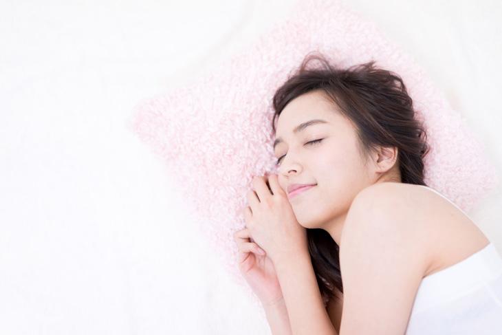 十分な睡眠で青クマを解消する女性の画像