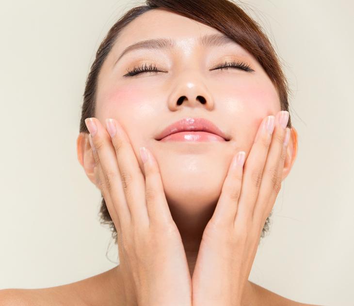 頬のたるみをマッサージで解消したい女性の画像
