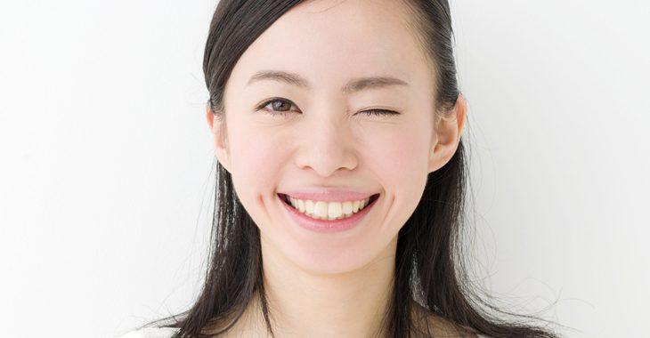 眼輪筋を筋トレする女性の画像
