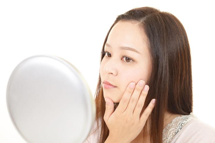 美肌サプリの効果を確かめる女性の画像