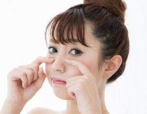 眼窩脂肪を自力で解消したい女性の画像