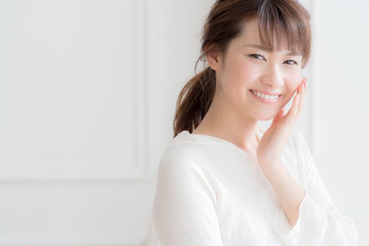 美肌のためにシンプルスキンケアをする女性の画像