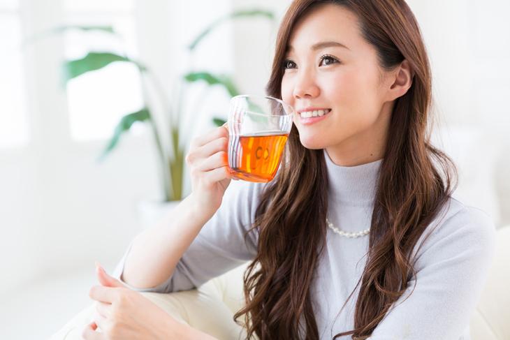 美肌になる飲み物を飲む女性の画像