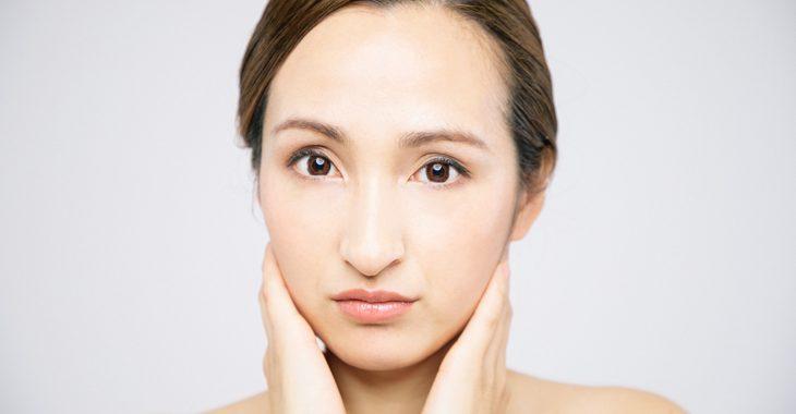 顔のたるみに悩む女性の画像