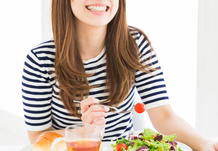 乾燥肌を改善する食事をする女性の画像