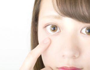 眼窩脂肪を除去したい女性の画像